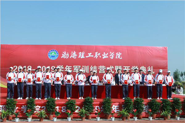 集团董事长,党委书记韩杏军同志为优秀学生代表颁发了董事长奖学金.